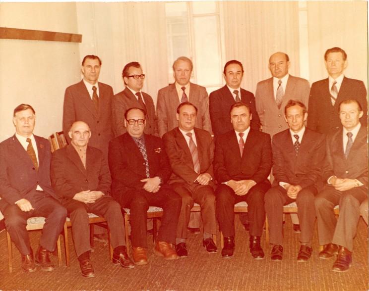 А.С. Сысцов среди высшего руководящего состава УАПК (третий справа в нижнем ряду). Примерно 1980 г. Из семейного фотоархива Ю.А. Куприянова.