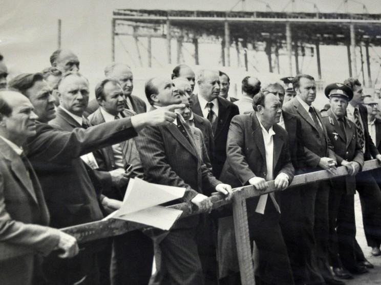 А.С. Сысцов в ранге первого заместителя министра авиационной промышленности СССР прибыл с проверкой на УАПК (второй слева – показывает рукой). Шестой справа в первом ряду – его преемник Ф.З. Абдулин (второй генеральный директор УАПК). Примерно 1983 г.