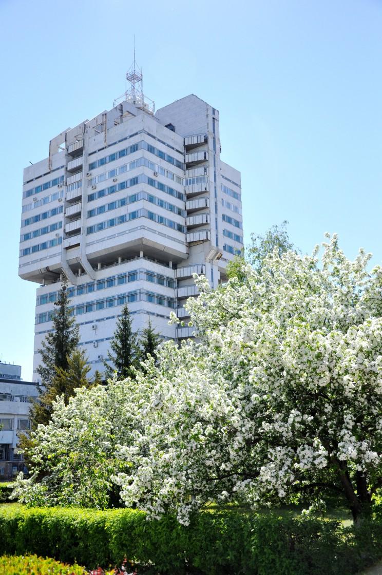 Общий вид части главного административного здания на территории УАПК (ныне ЗАО «Авиастар-СП»). 2013 г. Из фотоархива пресс-центра ЗАО «Авиастар-СП».