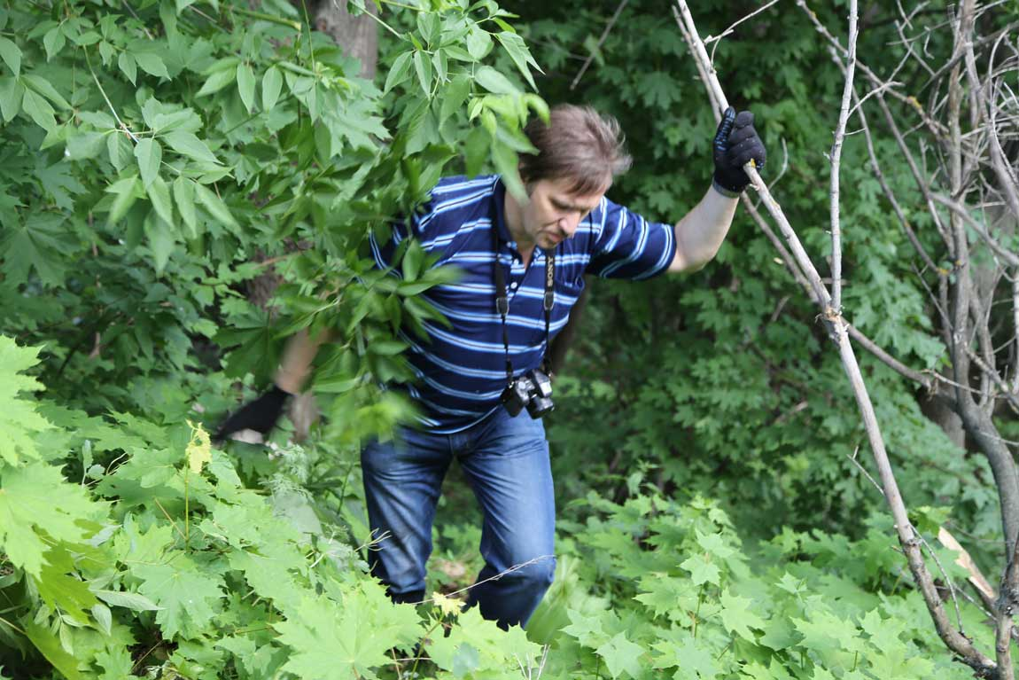 Архивист Антон Шабалкин рискнул спуститься на поиски с крутого обрыва вниз