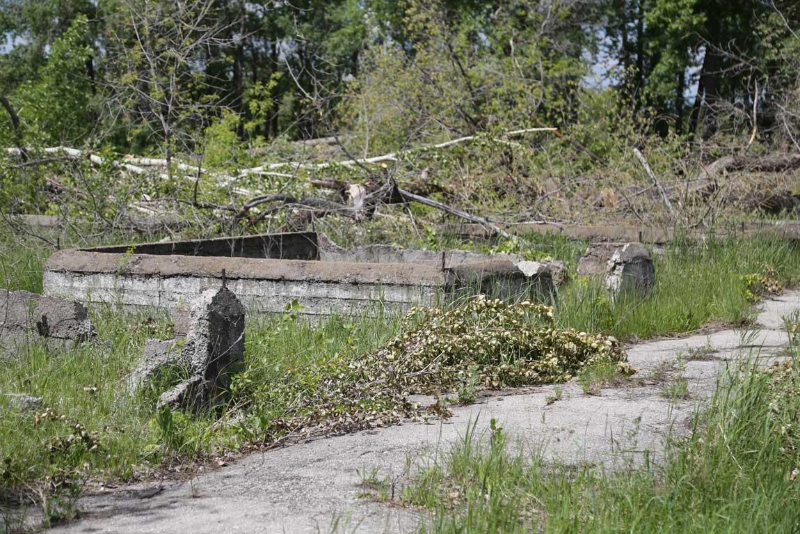 Полуразрушенные сооружения бывшего военного лагеря, возле которого стоял памятник
