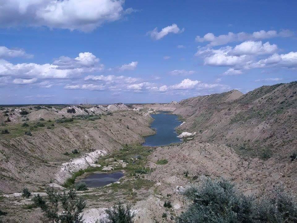 """Бутырская гора может превратиться в такой же """"лунный пейзаж"""" - старый карьер возле поселка Мелового."""