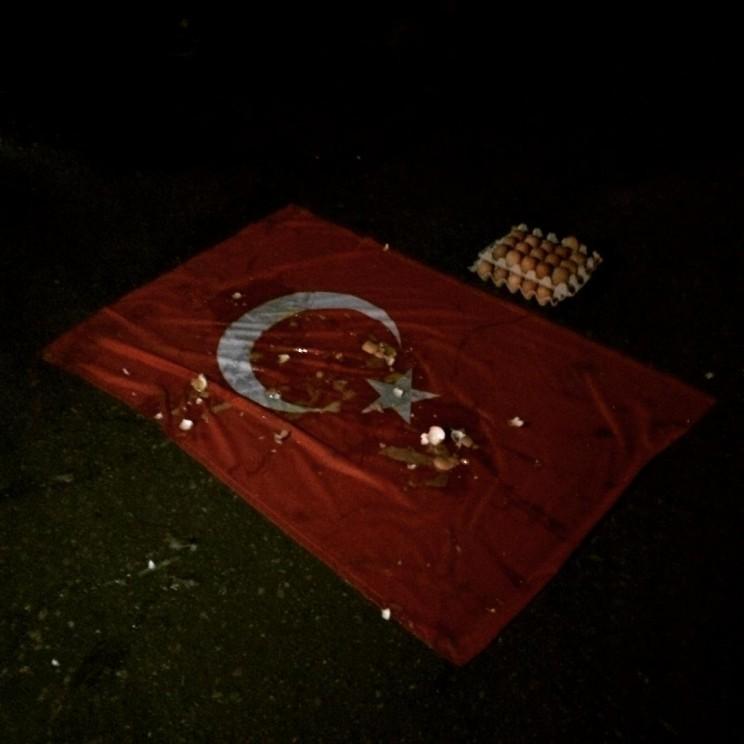 турецкий флаг, заброшенный яйцами