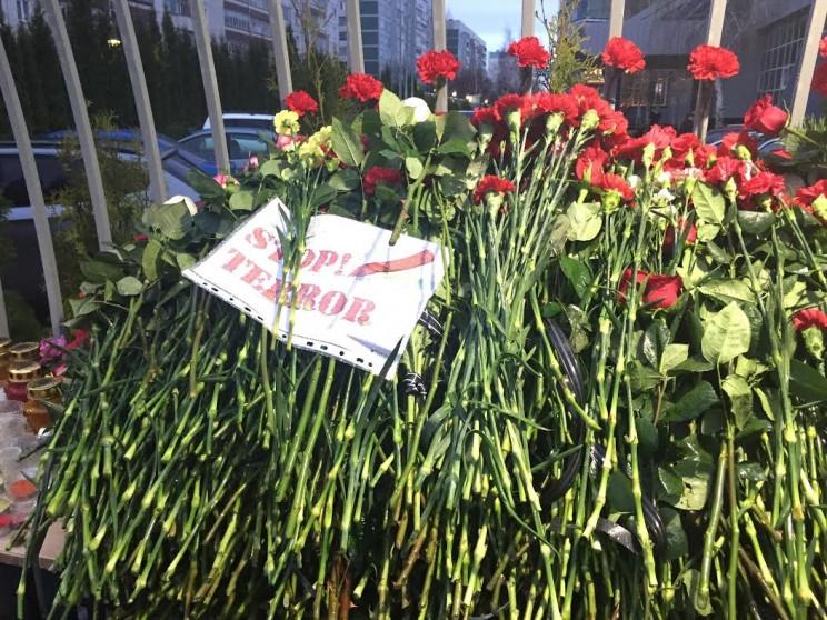 """Цветы в память о погибших  у офиса авиакомпании """"Волга-Днепр"""""""