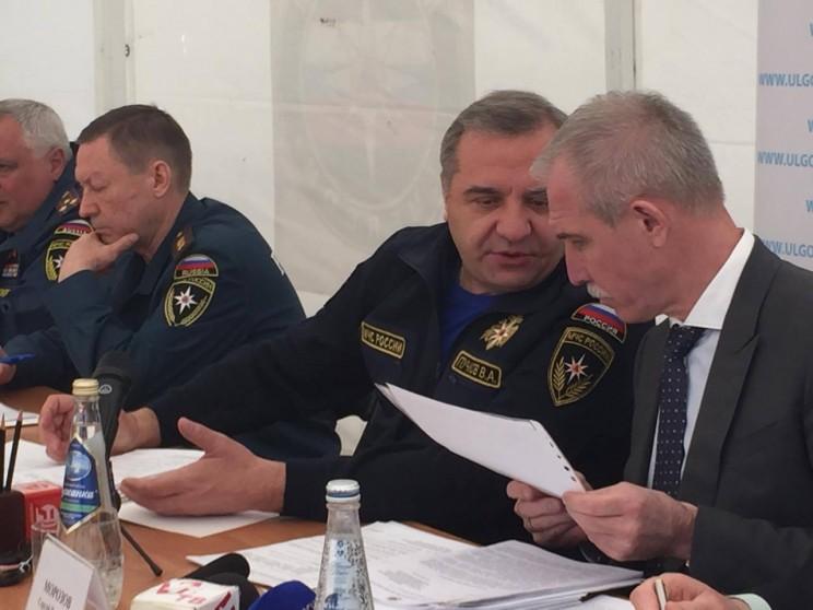 Министр МЧС Владимир Пуычков (в центре) и врио губернатора Ульяновской области Сергей Морозов (справа)