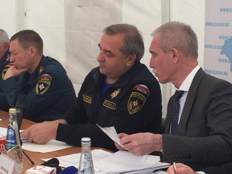 Министр МЧС Владимир Пуычков (в центре) и врио губернатора Ульяновской области Сергей Морозов (справа) - 3