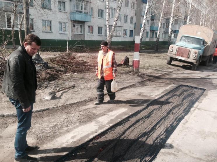 Глава администрации Ульяновска Алексея Гаев осматривает, как идет ремонт дорог (апрель, 2016 года)