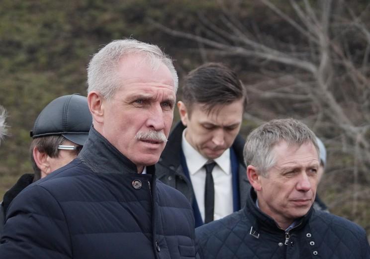 Губернатор Ульяновской области Сергей Морозов осматривает, как идут работы по ликвидации последствий оползня