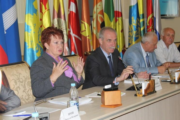 Председатель общественной палаты Ульяновской области Тамара Девяткина (слева) и губернатор Ульяновской области Сергей Морозов (справа)