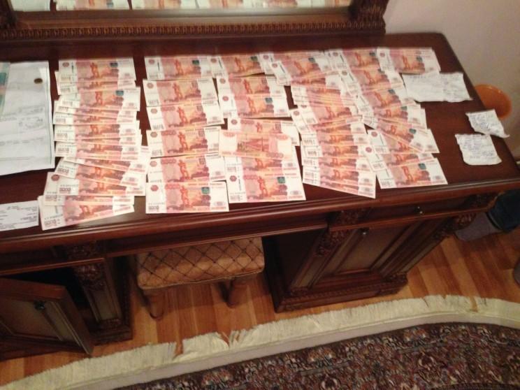 По данным следствия, Алсу Балакишиева получила 500 тысяч рублей от руководства одной из ульяновских строительных компаний - за способствование победе в конкурсе на выполнение госконтракта