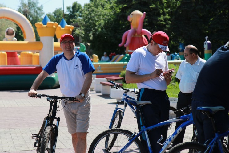 Чиновники любят демонстрировать свое участие в велодвижении Ульяновска. На фото - министр физической культуры и спорта Ульяновской области Сергей Кузьмин (слева)