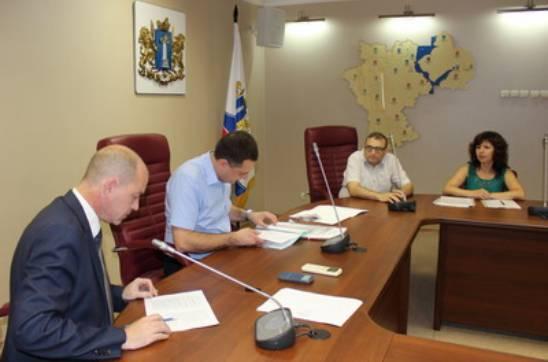 Лев Левитас подает документы в облизбирком для регистрации в качестве кандидата в губернаторы