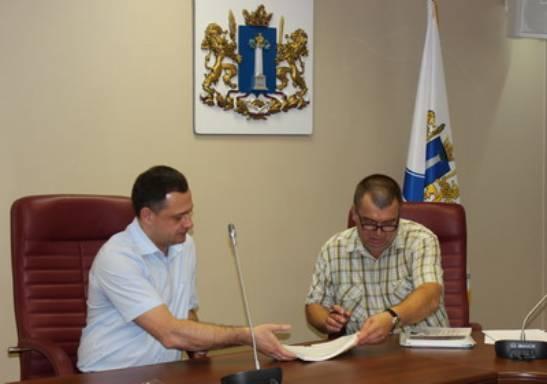 Олег Калмыков подает документы в облизбирком для регистрации в качестве кандидата в губернаторы