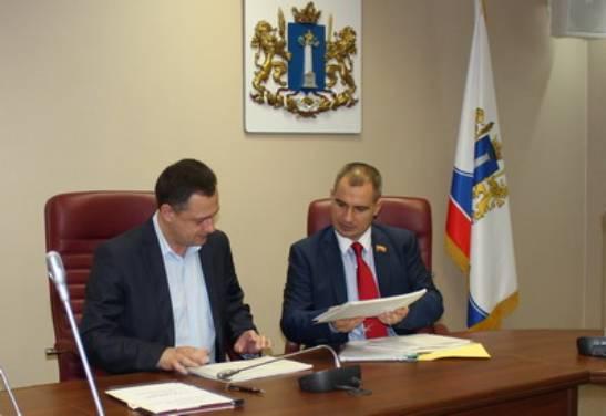 Максим Сурайкин подает документы в облизбирком для регистрации в качестве кандидата в губернаторы