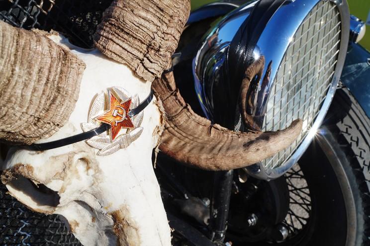 «Украшение» для Bentley: череп барана с советской звездой.