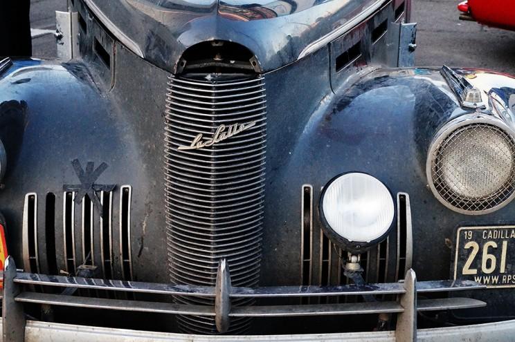 Cadillac La Salle 30-х годов прошлого века. В 1927 году подобный автомобиль открыл гонку «Indianapolis 500». Модель выпустили в 11 различных по стилю кузовах на двух колесных базах.