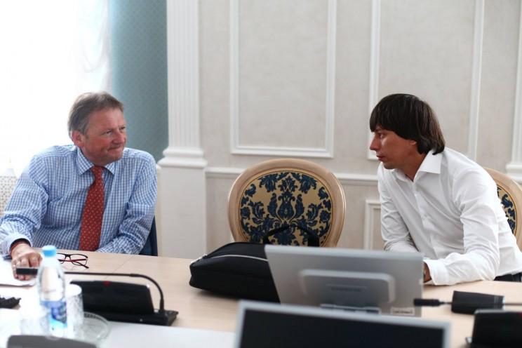 Бизнес-омбудсмен при президенте России Борис Титов (слева) и лидер регионального отделения партии Роста Руслан Ильясов (справа) во время визита Бориса Титова и Ирины Хакамады в Ульяновск в августе 2016 года.