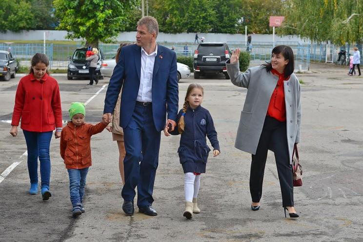 Алексей Куринный с семьей в день выборов в Ульяновской области. Куринный не смог победить на выборах губернатора Ульяновской области, но вырвал победу у Игоря Тихонова в 187-ом одномандатном округе.