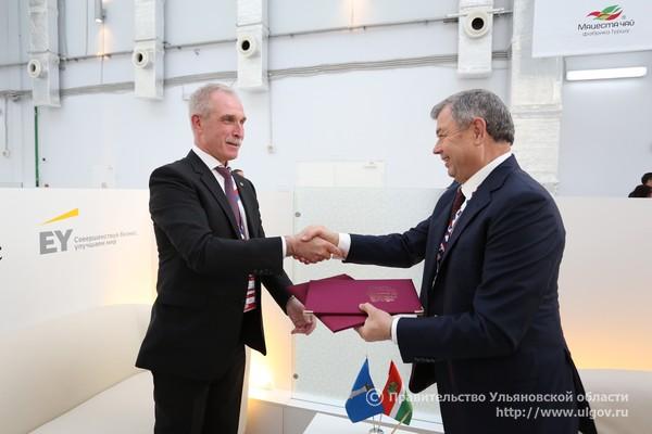 Губернатор Ульяновской области Сергей Морозов (слева) и губернатор Калужской области Анатолий Артамонов (справа).
