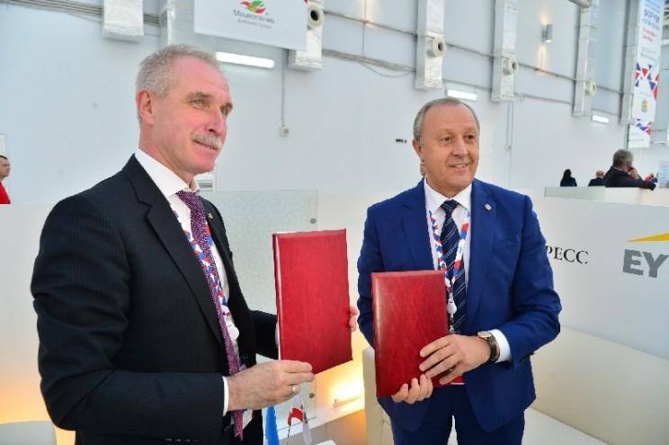 Губернатор Ульяновской области Сергей Морозов (слева) и губернатор Саратовской области Валерий Радаев (справа).