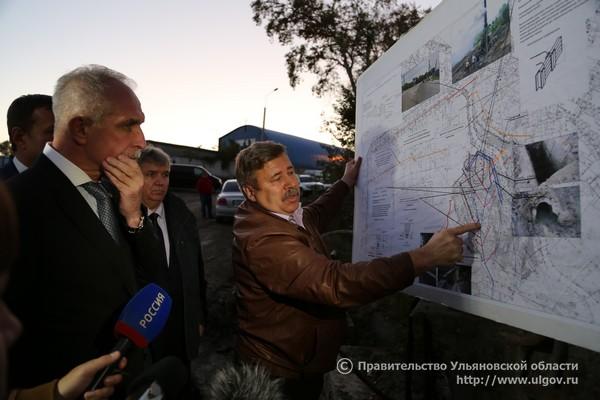 Александр Шканов (справа) показывает губернатору Ульяновской области Сергею Морозову (слева) план работ по восстановлению грузовой восьмерки.