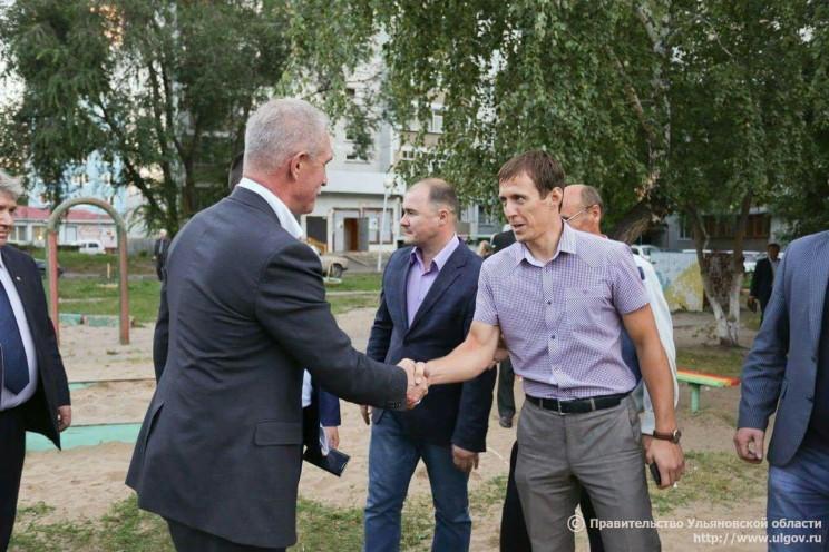Андрей Толмачев (справа) приветствует главу региона (слева) на одной из встреч Сергея Морозова с жителями Заволжского района Ульяновска.