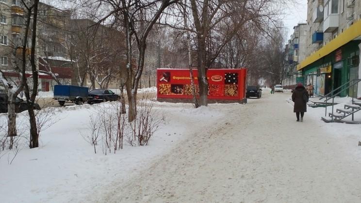 Расположен между домом 166 по улице Радищева и проезжей частью.