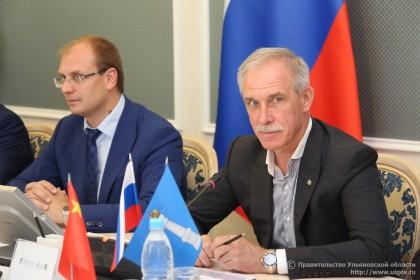 Председатель правительства Ульяновской области Александр Смекалин (слева) и губернатор Сергей Морозов.