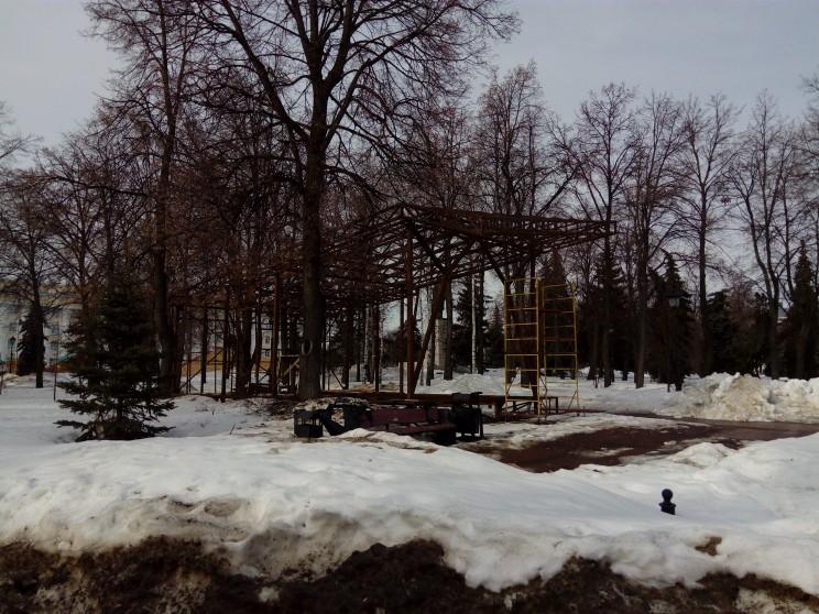 Еще одна загадочная архитектурная форма весь зимний сезон 2016/2017 простояла в таком виде.