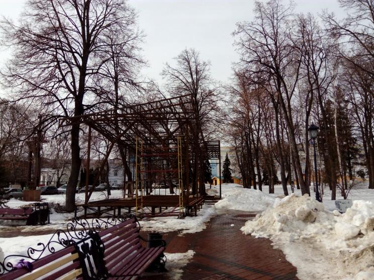 """Эта конструкция, видимо,также является частью инсталляции """"Как на Кузнецком мосту в Москве"""""""