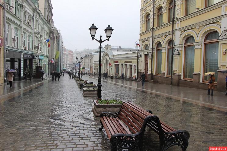 Улица Кузнецкий мост, Москва. Вы видите торговые избы? А Панчин, Гаев и Андреев видят.