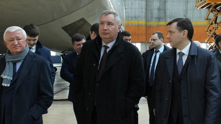 Дмитрий Рогозин (в центре) на Авиастаре.
