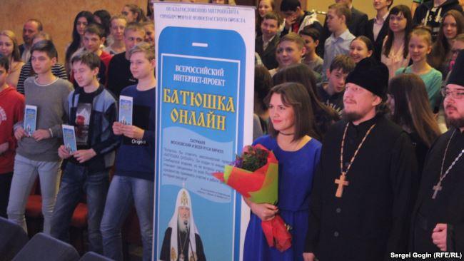 Коллективное фото школьников с батюшками-консультантами.