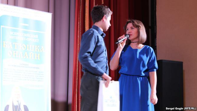 Надежда Земскова вручает приз участнику встречи с батюшками