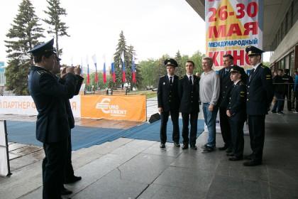 Сергей Баталов и курсанты Ульяновского института гражданской авиации
