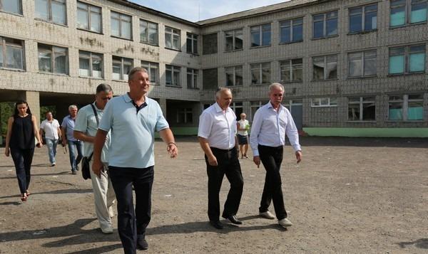 Сергей Морозов (крайний справа) во время визита в Вешкаймский район, август 2016 года.