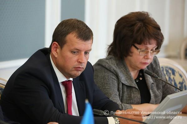 Глава админитрации Ульяновска Алексей Гаев (слева) и  начальник управления муниципальной собственностью администрации Ульяновска Татьяна Горюнова (справа).