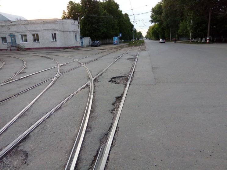 Дорога на ул. Радищева по состоянию на 31 мая 2017 года. Прошлогодний капитальный ремонт не продержался даже год.