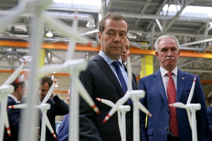 Председатель правительства России Дмитрий Медведев (слева) и губернатор Ульяновской области Сергей Морозов (справа).