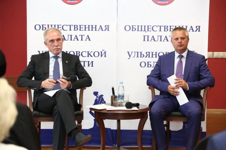 Губернатор Ульяновской области Сергей Морозов (слева) и председатель общественной палаты Ульяновской области Александр Чепухин (справа) во время первого заседания ОП, 29 июня 2017 года.