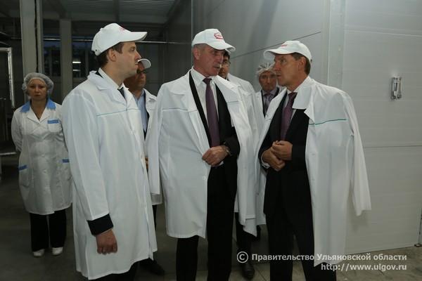 Сергей Морозов посещает фабрику Глобус, 2016 - 3 Слева направо Алексей Быков, Сергей Морозов, Алексей Батраков