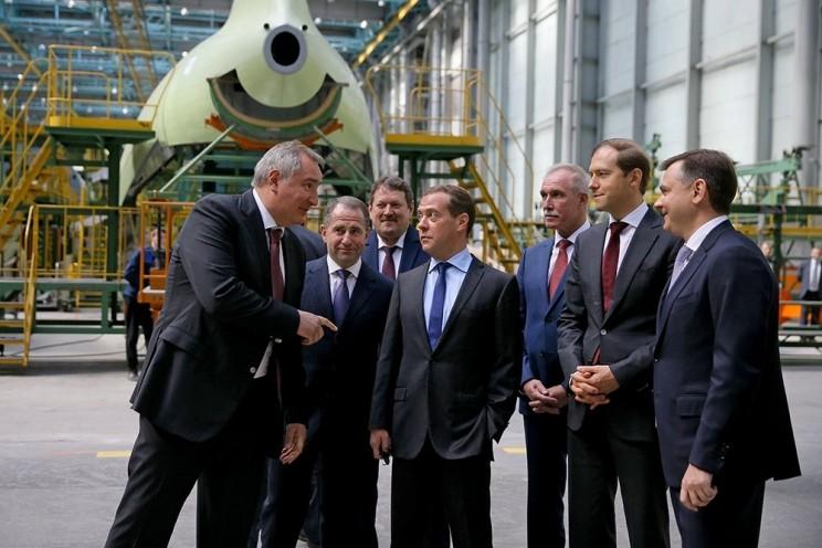 В Ульяновске Дмитрий Медведев лазером спаял крыло самолета - 3
