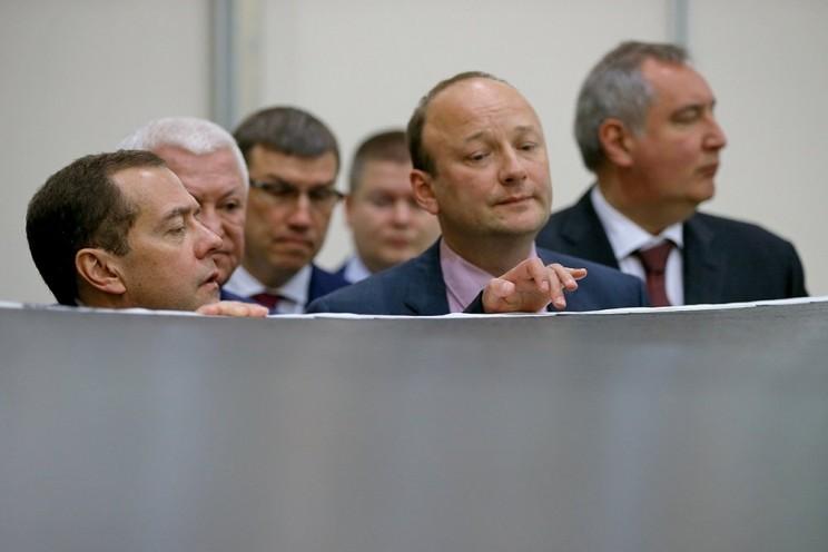 В Ульяновске Дмитрий Медведев лазером спаял крыло самолета - 4