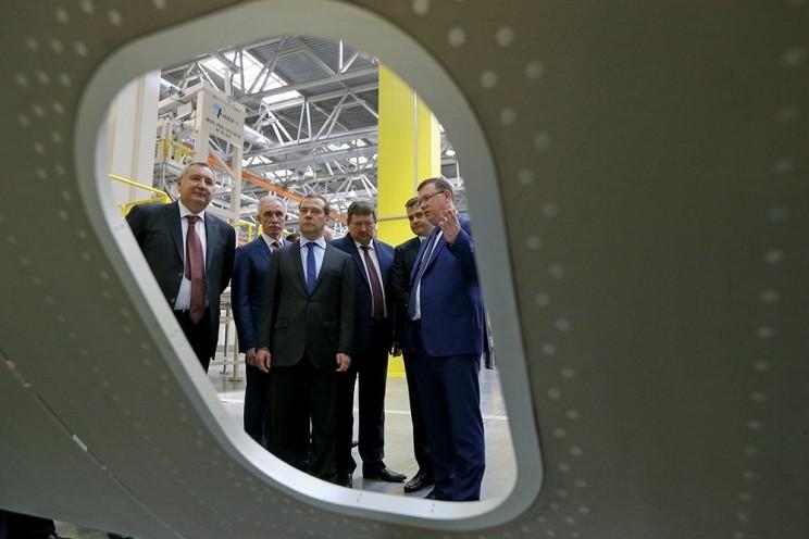 В Ульяновске Дмитрий Медведев лазером спаял крыло самолета - 7