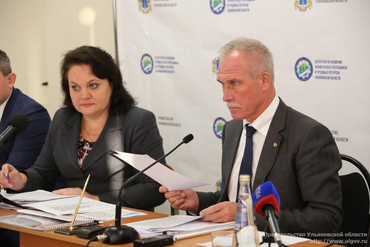 Курирующая сферу образования первый зампред председателя правительства Ульяновской области Екатерина Уба (слева) и губернатор Сергей Морозов (справа).