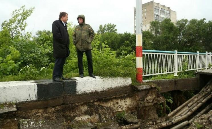 Глава администрации Ульяновска Алексей Гаев (слева) и губернатор Ульяновской области Сергей Морозов (справа) осматривают последствия атаки шторма на Ульяновск, 6 июля 2017 года.