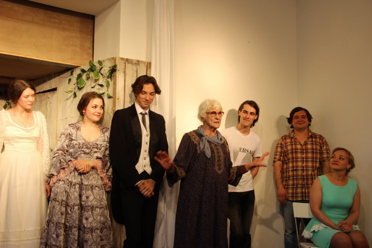 Клара Шадько (в центре) и артисты Молодежного театра.