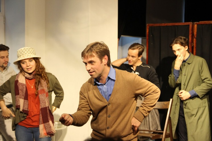 Алексей Храбсков (в центре) и актеры Молодежного театра  .