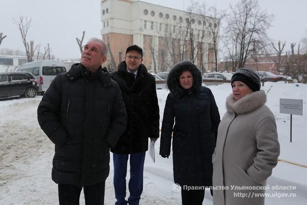 Слева направо: Сергей Морозов, Дмитрий Вавилин, бывший директор, ныне - зам директора, фонда капремонта Нина Сидоранова.