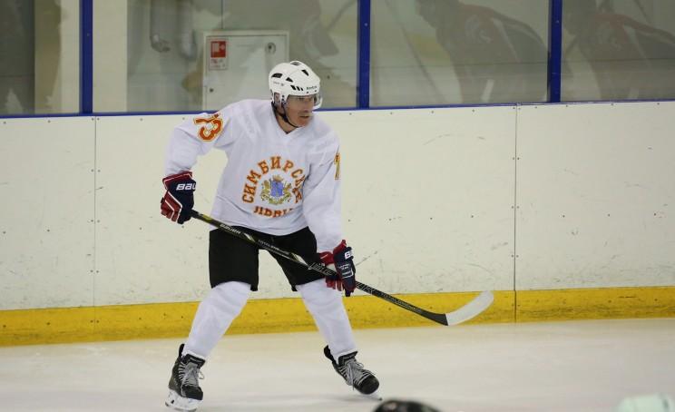 Губернатор Ульяновской области Сергей Морозов играет в хоккей. Ноябрь 2015 года.
